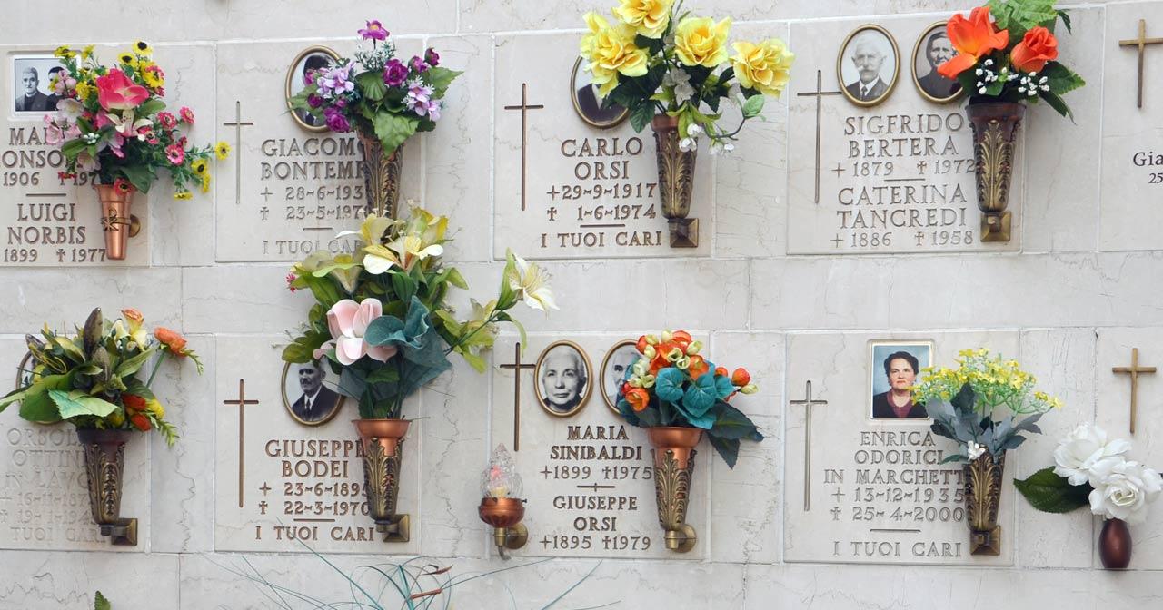 Urnenplatte senkrecht Urnenbeisetzung kosten preise Bestattung Urnennische Urnenwand urnenwände