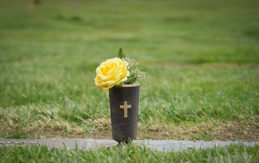 Grabvasen & Friedhofsvasen aus Granit oder Kunststoff | Ratgeber