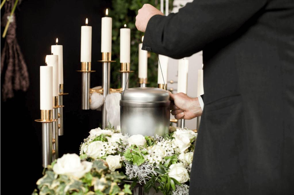 Blumengesteck zur Urnenbeisetzung