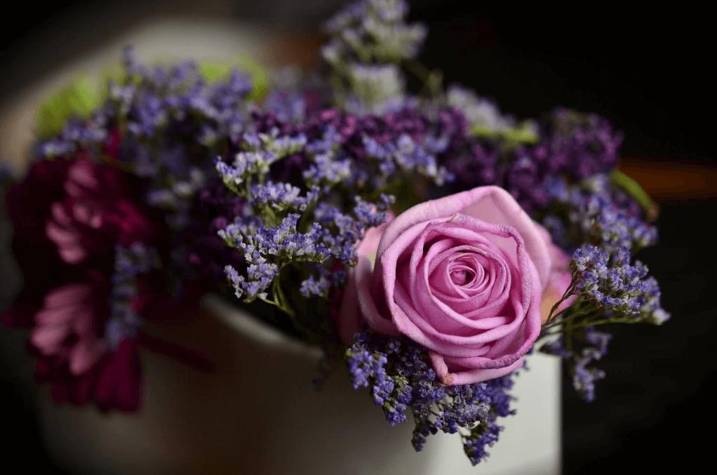 Blumenschmuck als Tischgesteck