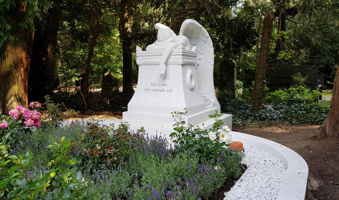 Rosen sind sowohl als mehrjährige Grabpflanzen als auch als Schnittblumen eine wundervolle Grabdekoration | Bildquelle: Stilvolle-Grabsteine.de