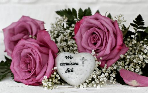 Welche Blumen zur Beerdigung & Trauerfeier mitbringen – Tops & Flops