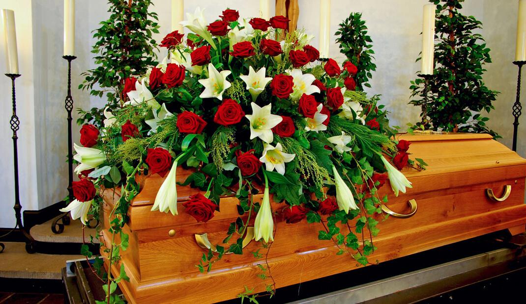 Sarg-mit-Blumen-draugf