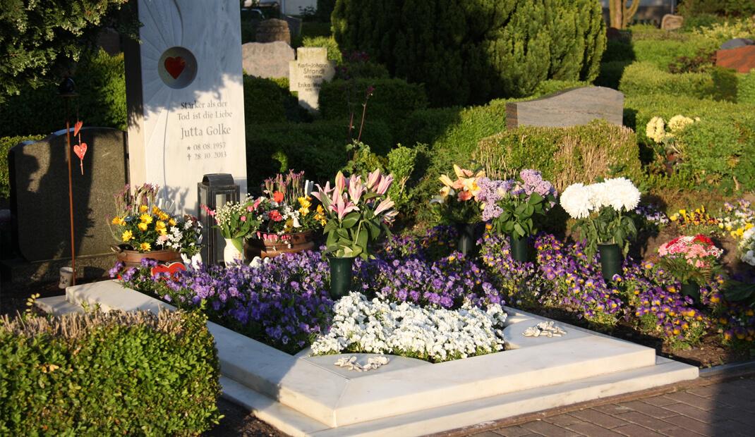 Bestattungsarten Erdbestattung auf einem Friedhof