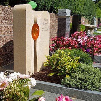Eine Grafik zu Urnengrabstätte Gestaltung mit Grabstein zweiteilig