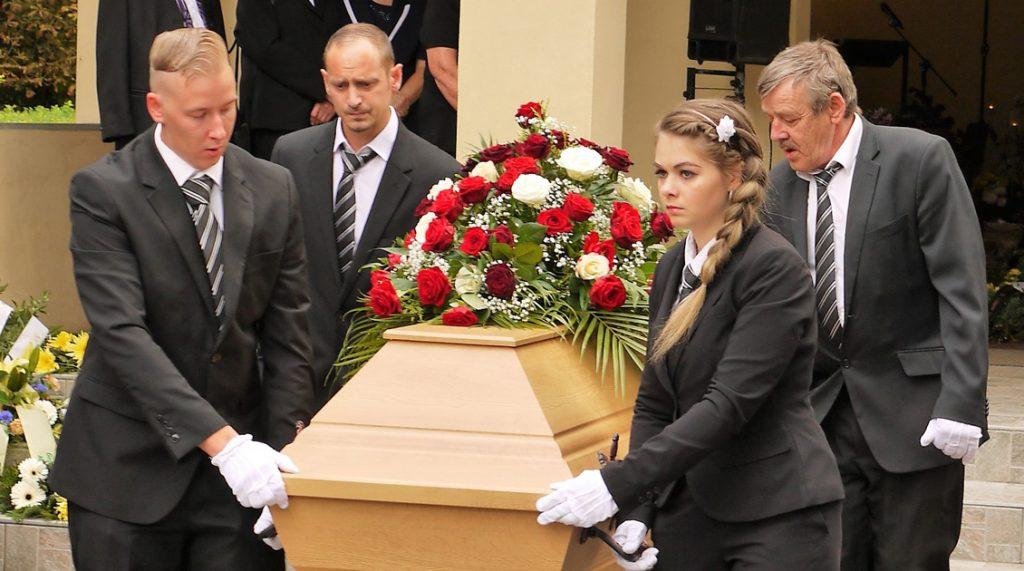 Ablauf einer Trauerfeier Tragen des Sarges