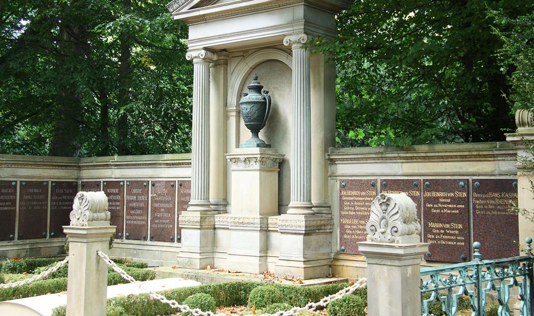 Historischer Grabtempel für eine Familiengrablege mit Gruft aus Sandstein und Bronze auf dem Friedhof Melaten in Köln