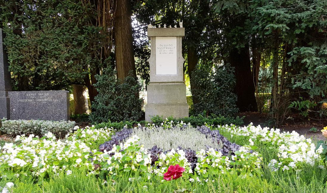Das Grab von FDP Politiker Dr. Guido Westerwelle - Grabstätte mit Grabstein - Friedhof Melaten in Köln