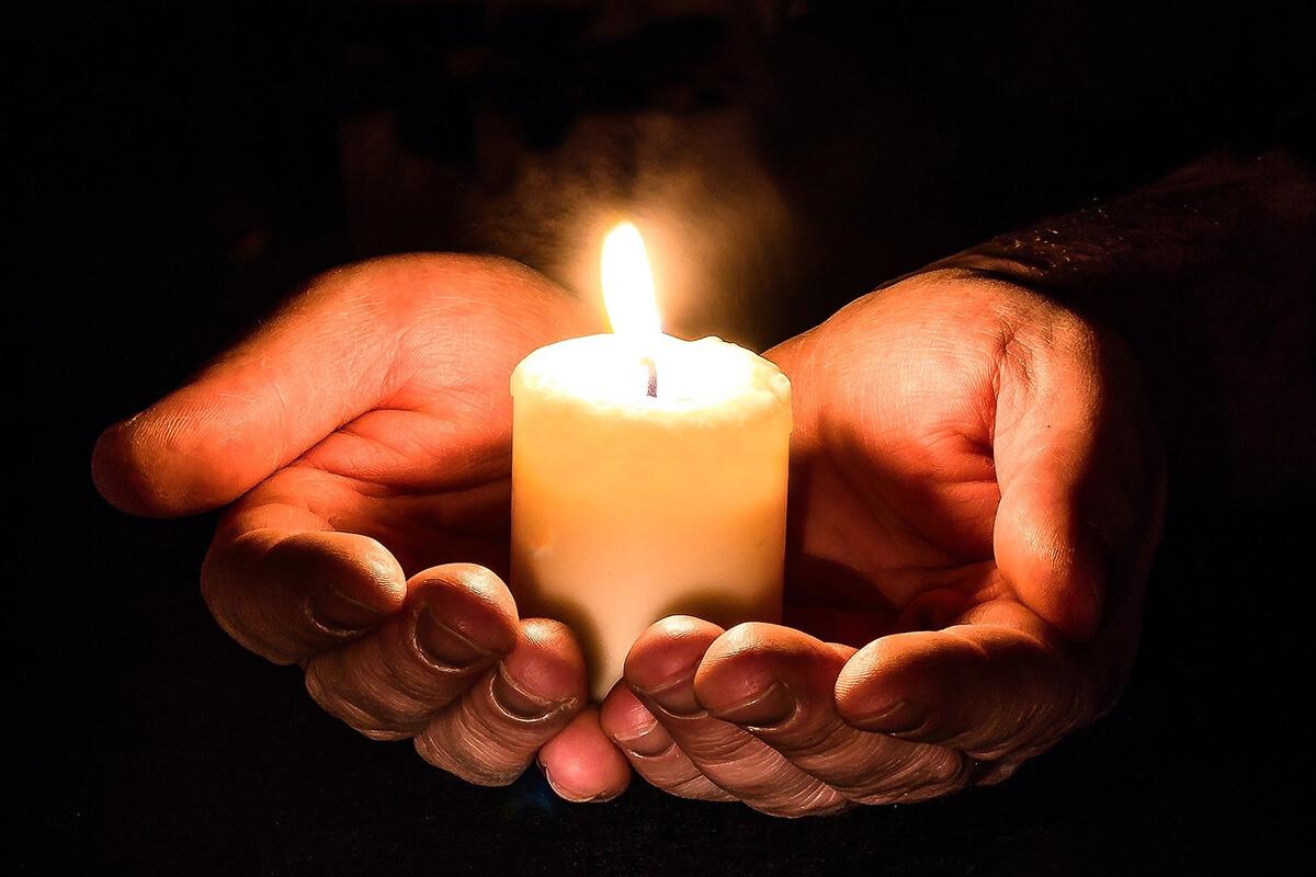 Kerze als Gedenken an Verstorbene am Totensonntag