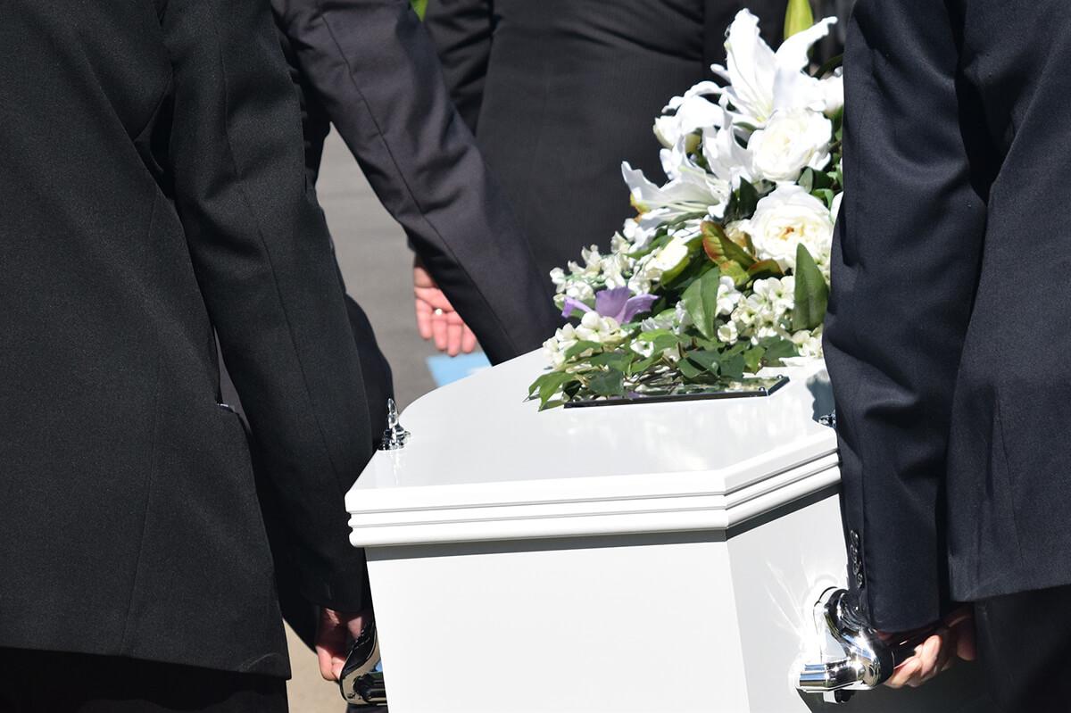 Sarg als größerer Posten der Bestattungskosten